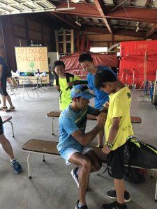地元の陸上クラブの子供たちにサインをプレゼントするLeonel Manzano選手